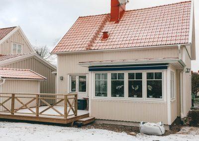 Tillbyggnad av veranda utifrån.