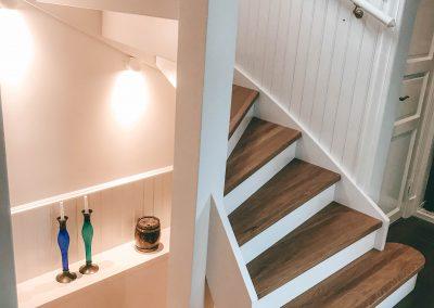 Nygjord trappa i gammal tappning.