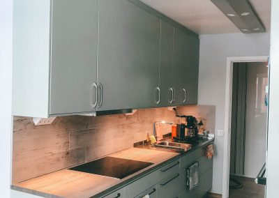 Nytt stilrent kök med enhetlig ljustramp.