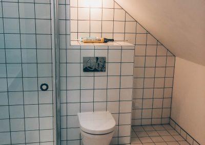 Nytt badrum med stilrent kakel.