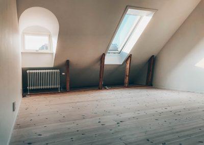 Renovering av vind med nytt ljust golv.