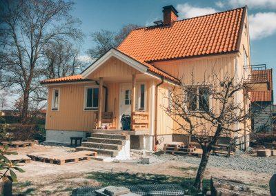 Tillbyggnad av hall och toalett.