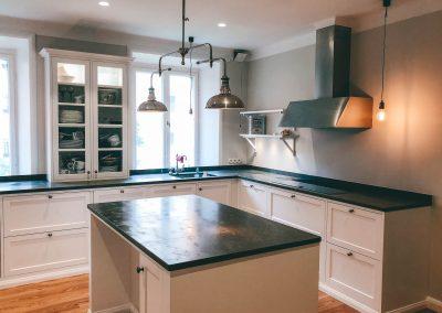 Nybyggt kök i gammeldags stil.
